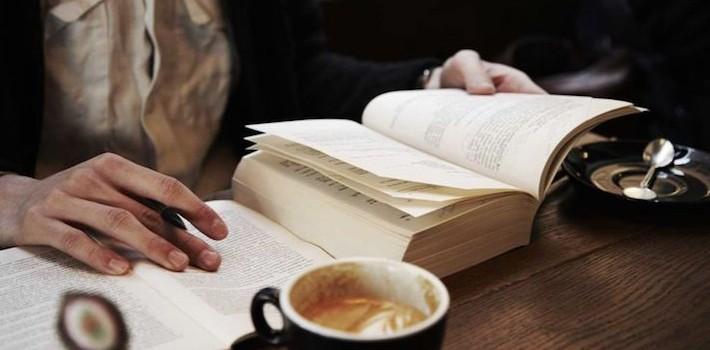 Estudiante con café