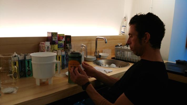 Preparant la recepta de cafè Cold Brew