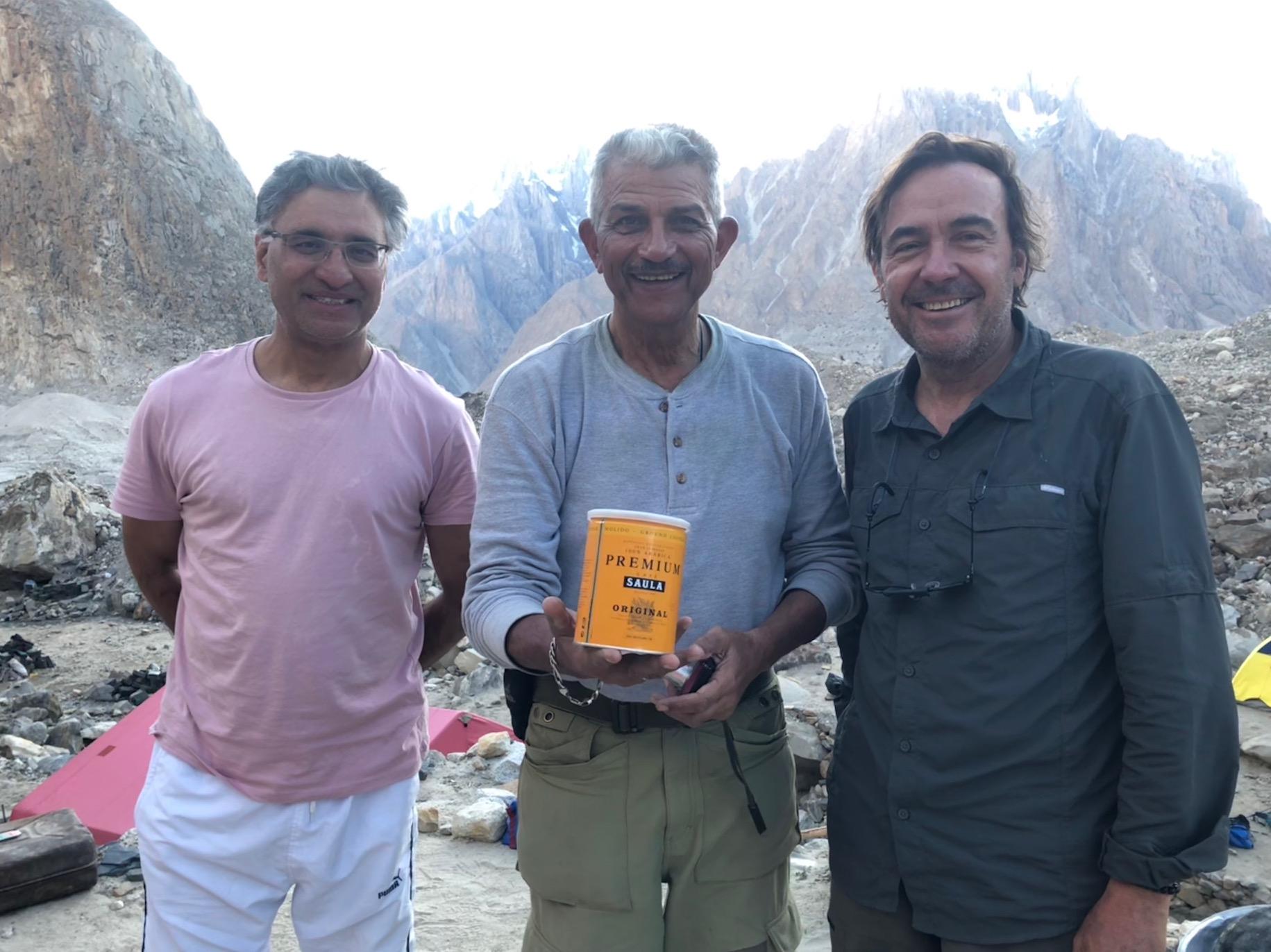 Amb un general de l'exèrcit pakistanès que també es trobava en aquesta zona tan militaritzada del país.