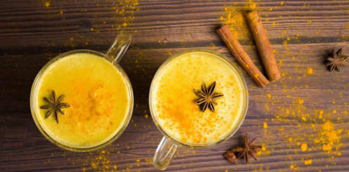bebida-leche-dorada-curcuma-miel-sobre-madera-oscura_114087-457